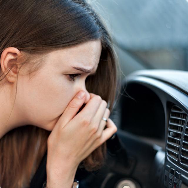 5 furcsa szag a kocsiban, amit nem szabad félvállról venni: komoly hibára figyelmeztetnek