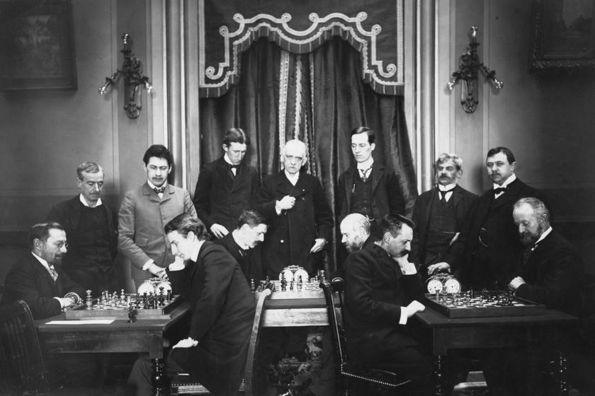Maróczy Géza a középső asztal bal oldalán játszik.