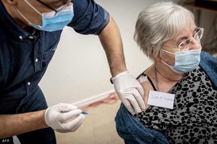 Egy 83 éves nőt oltanak be koronavírus ellen Ishojban