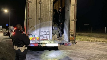 Ötvenöt illegális bevándorlót zsúfolt egy kisteherautóba egy magyar férfi