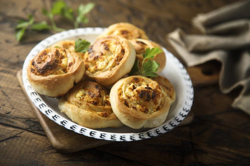 Fokhagymás-sajtos csiga kelt tésztából: sokáig friss, puha marad