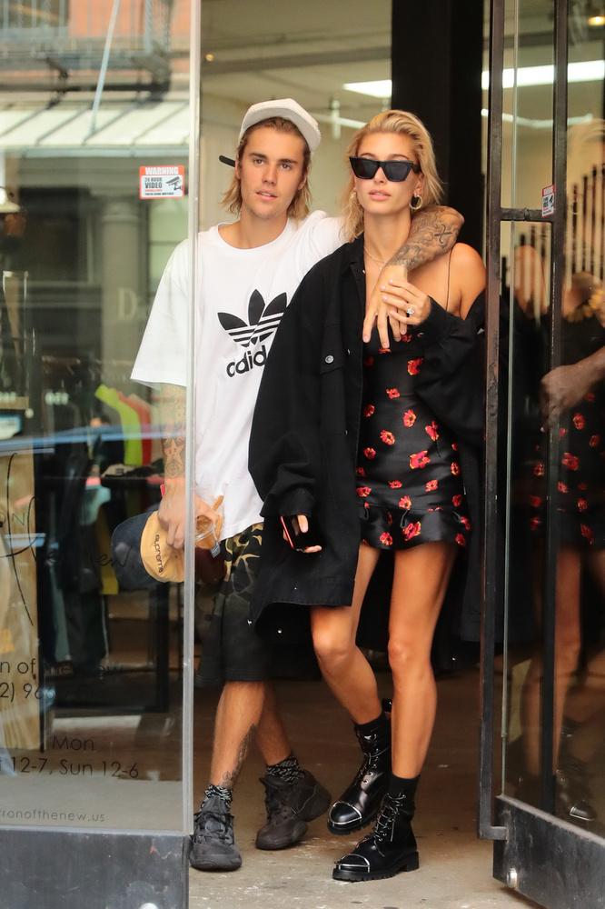 Justin Biebernek és Hailey Baldwinnak ugyan még nincs gyereke, lagzijukról sokat cikkeztünk, ahogy a szerelmespár szinte korhatárosnak is nevezhető fotóiról is írtunk már, amiken csak úgy izzik a szenvedélyközöttük.