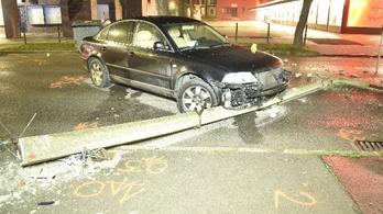Kidöntött egy oszlopot szerda hajnalban a részeg sofőr Szekszárdon