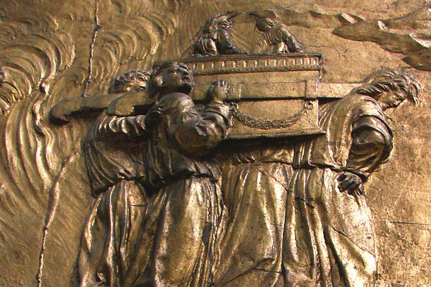A két kőtáblára vésett tízparancsolatot őrző frigyláda az emberiség történetének egyik legnagyobb rejtélye. A Biblia szerint Mózes készítette fából és aranyból a pusztában. Története szerint egy ideig Salamon templomában őrizték, de az i. e. 6. században nyoma veszett, és azóta sem tudni hollétéről.
