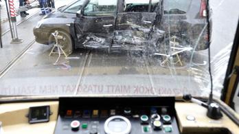 Durva baleset Újbudán, villamossal ütközött egy autó