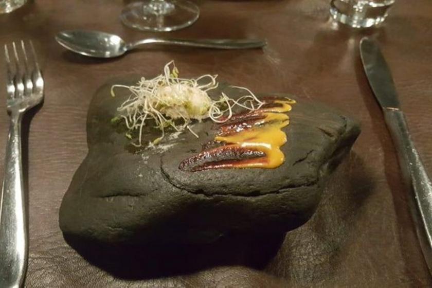Sem magát az ételt, sem a tálalását nem igazán értette a vendég az öt csillagra értékelt étteremben.
