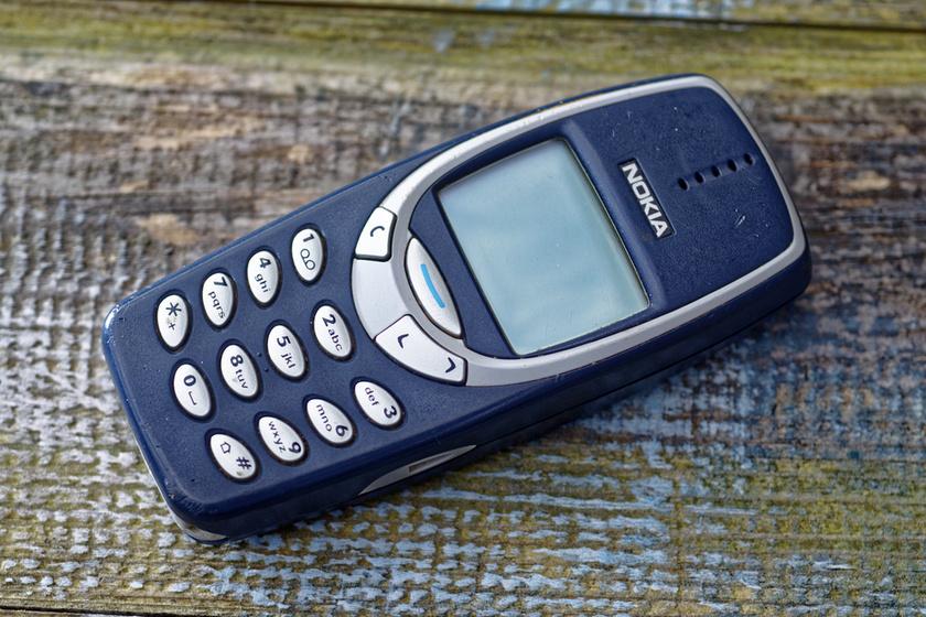 Szinte nem volt az ezredforduló környékén olyan család, ahol ne lett volna legalább egy Nokia 3310-es telefon, de a 3210-es nagyon kedvelt volt. A kígyós játék azóta is legendás.