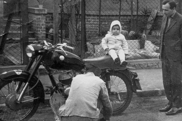 Az első fotóm egy járművel, azaz járművön. Ez volt az utca egyetlen motorkerékpárja, autóból sem volt több kettőnél