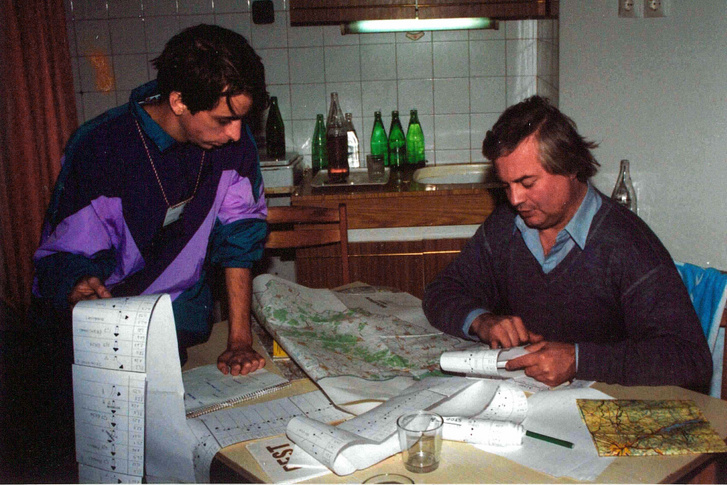 Örökös ralibajnokunkkal, Ferjáncz Attilával a MAVAD Rali egyik napi útvonalának egyeztetése közben. Tudta a tutit