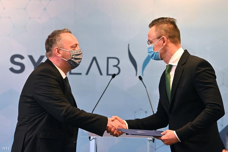 Szijjártó Péter külgazdasági és külügyminiszter (j) támogatói okiratot ad át Lévai Richárdnak a SYNLAB Hungary Kft. ügyvezető igazgatójának 2021. január 6-án.