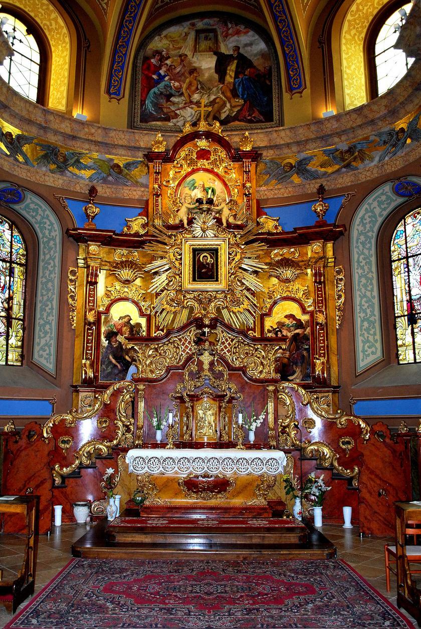 A Máriapócsi Nemzeti Kegyhelyet könnyező Mária-ikonjai tették híres zarándokhellyé, ahol úgy tartják, első alkalommal egy haldokló gyermek a képhez érve meggyógyult. A történet itt nem ér véget: a gyógyultak fogadalmi ajándékait, mankóit máig őrzik. A görögkatolikus kegytemplom basilica minor rangot kapott.