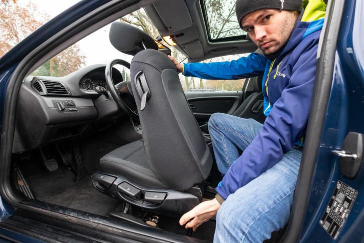 Be- és kiszállni nem olyan kényelmes, mint saját ajtóval, talán ezért halnak ki lassan a háromajtós autók