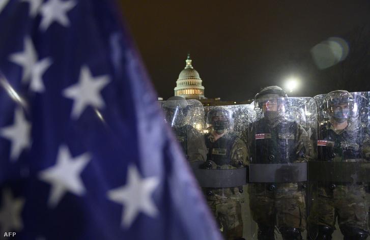 A Nemzeti Gárda tagjai a törvényhozás épülete előtt