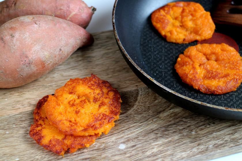 Ropogósra sült, fűszeres édesburgonya-tócsni: köret és önálló fogás is lehet