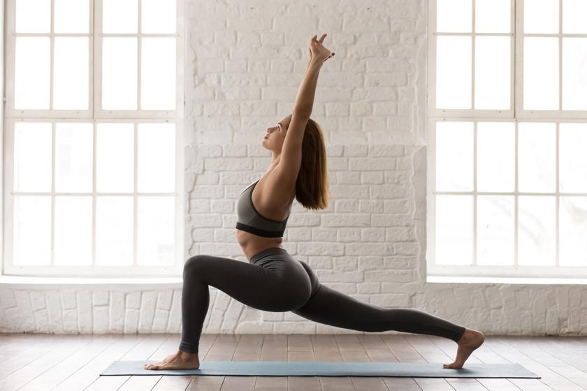 A harcos 1-es póz megnyújtja a comb első és hátsó izmait is, a felemelt karok miatt pedig a gerinc is megnyúlik. A bal lábaddal lépj előre, miközben a jobb lábad egyenesen marad, és tartsd meg magad fél percen keresztül, majd válts lábat.