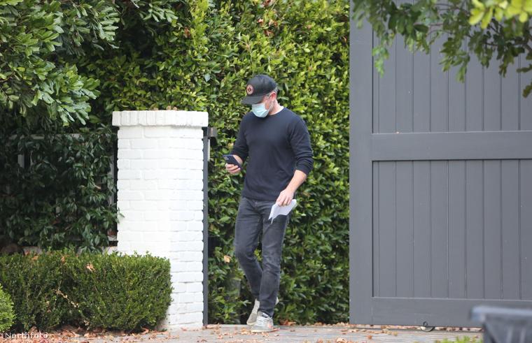 Aztán pár nappal később Affleck régi barátja, Matt Damon kereste fel a színészt az otthonában. Bár Affleck a mostanában készült paparazzi-képek némelyikén eléggé megviseltnek tűnik, barátjára, Damonra mindig számíthat, akivel már több évtizede jóban vannak. Az 1997-es Good Will Huntingban is együtt szerepeltek.
