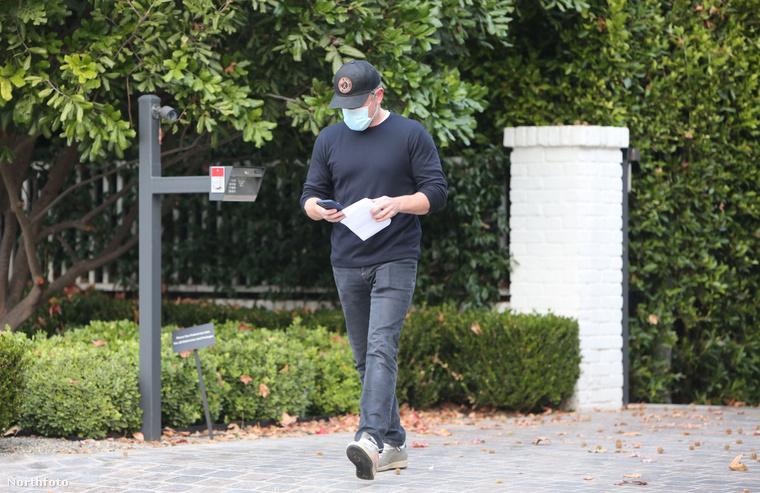 Bár Affleck otthonába természetesen nem tudtak befotózni a paparazzók, reméljük, Damon jókedvében találta barátját, aki már bőven lenyugodott a lapozgatónk elején mutatott incidens óta.