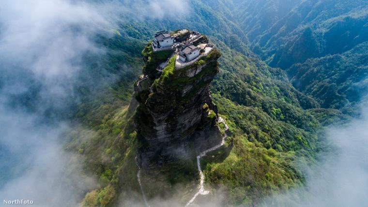 Mivel a hegytetőn nagyon erős a szél, a templomokat már meg kellett erősíteni, nehogy feladják a természet ereje ellen vívott harcukat