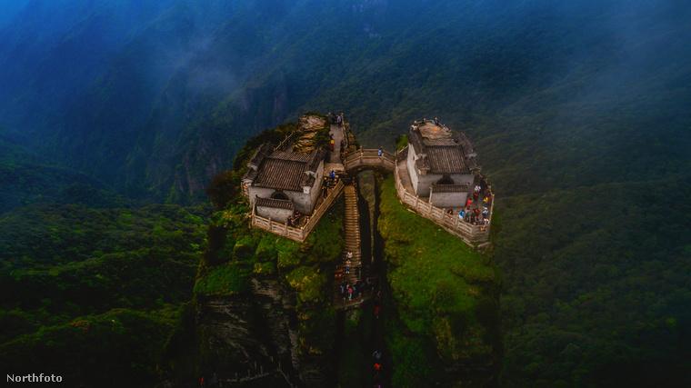 A hegy legmagasabb pontja 2336 méter, ami azt jelenti, hogy a turistáknak 8800 lépcsőfokon kell felmászniuk, hogy felérjenek a tetejére