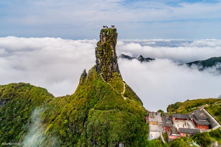 Bár lehet, a távoli hegylánc annyira nem is érdekes, a hegycsúcson állva könnyen úgy érezheti magát, hogy a világ tetején, a felhők és minden más fölött áll