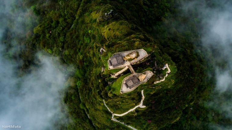 De nemcsak a hegy miatt népszerű a hely: a csúcson két buddhista templom látható, amit egy kőhíd köt össze egymással