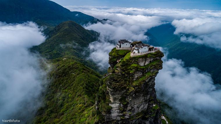 A két buddhista templom megépítése nem lehetett könnyű munka, elképzelni sem tudjuk, mennyire nehéz és fárasztó volt az építőanyagokat felszenvedni a hegyre