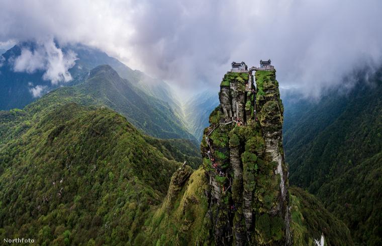 A lustább turistáknak sem kell aggódniuk, ha nincs kedvük gyalogolni, felvonón is meg lehet közelíteni a csúcsot.