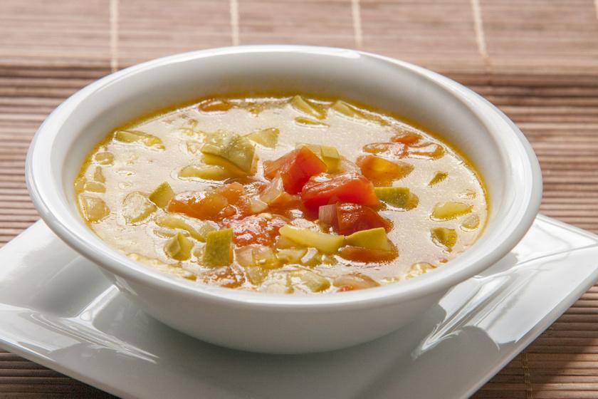 Téli minestrone leves sok zöldséggel: tartalmas és laktató