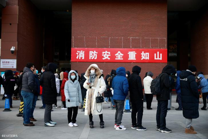 Koronavírus tesztelésre sorbanállók Pekingben 2020. január 7-én
