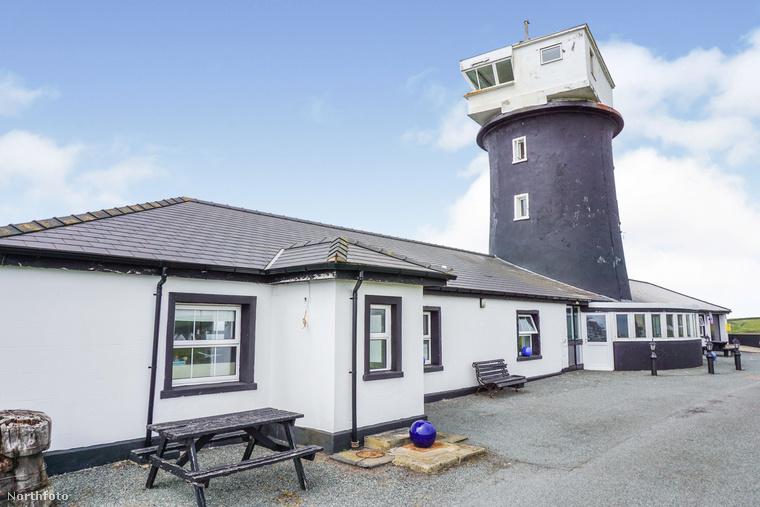 Kis túlzással a semmi közepén épült, a legközelebbi település, Haverfordwest 24 kilométerrel arrébb van.