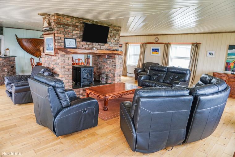 Kezdjük is a nappalival, ami szerintünk a lakás legkevésbé tetszetős része, amiről a kissé otromba bőrülőgarnitúra tehet