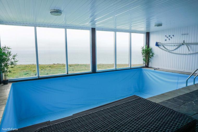 A világítótoronyban egy fűtött beltéri medence is található, persze, ez is kék