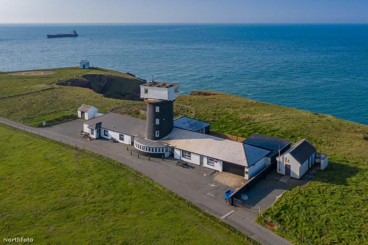 Ha esetleg lemaradt a templomból lakássá alakított ingatlan megvásárlásáról, ne essen kétségbe, most egy másik rendhagyó házat mutatunk önnek: Wales partjainál egy világítótornyot alakítottak át lakássá, ami jelenleg éppen eladó