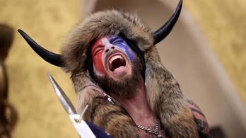 QAnon-sámán a szenátusban fényképezkedő lándzsás férfi