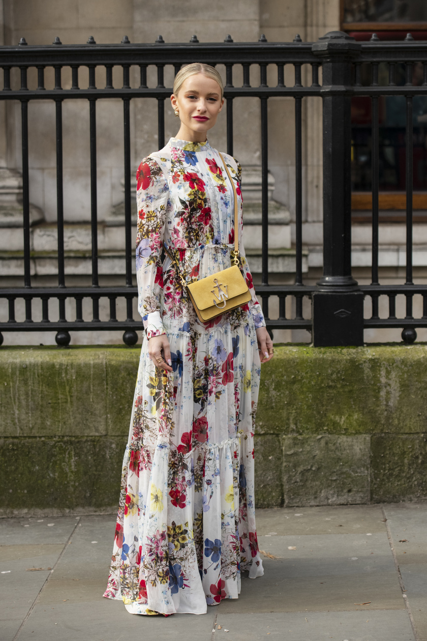 Bár Az ördög Pradát visel Miranda Priestlyje biztosan nem díjazná, idén tavasszal ismét hódít a romantikus, bájos virágminta. Főleg lágy esésű midi- és maxiruhákon, elegáns ingeken lesz nagyon sikkes.