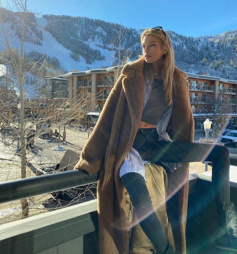Stella Maxwell (ugyancsak modell) is modellszerűen öltözött fel, legalábbis ehhez a fotóhoz, de a haspólóhoz legalább felvett egy nagykabátot.