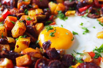 Sütőben sült zöldségek pirított kolbásszal és remegős tojással - Laktató egytepsis fogás