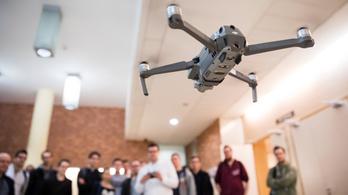 A drónosok és modellezők érdekében kérdezi Palkovicsot egy jobbikos képviselő