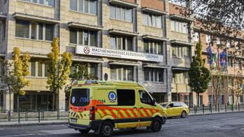Halálát kívánták a mentősnek, aki beoltatta magát koronavírus ellen