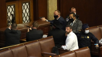A Capitoliumon lelőtt nőn vitatkozik Amerika