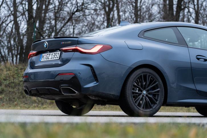 A vesék mellett fel se tűnik, de a hátsó oldalablak csücske sem BMW-s már, ilyen van például a VW Arteon is