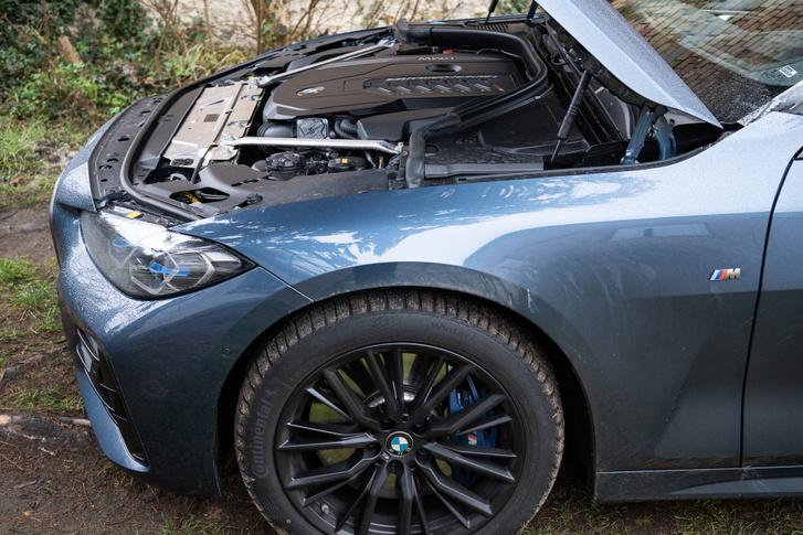Nincs annyira hátratolva a motor, mint korábbi BMW szokás diktálná, pont rajta csücsül az első tengelyen