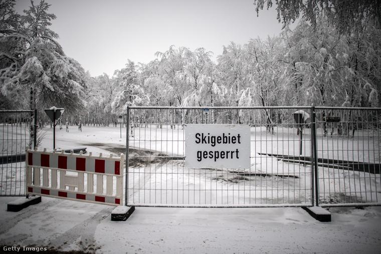 Az Am Weißen Stein sípályáinak lezárását hirdeti ez a tábla a kordonon