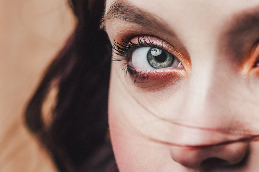 A szem állapota jól jelzi a pajzsmirigy zavarát. Míg a kidülledő szemek túlműködésre utalnak, a túlzottan puffadt szemkörnyék alulműködést jelezhet.