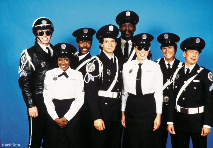 Marion Ramsey a Rendőrakadémia színészeivel (balról a második)