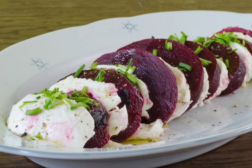 Téli caprese sült céklával: egyszerű, egészséges, finom vacsora
