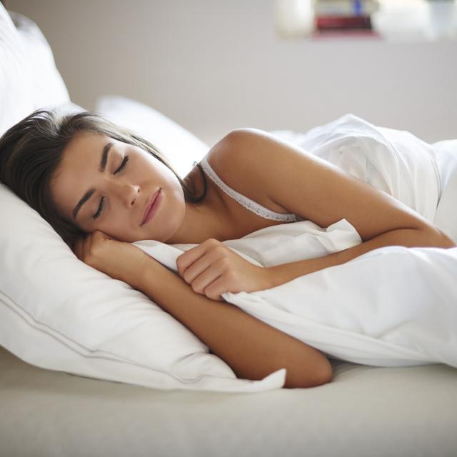 Miért jobb a súlyozott takaró, mint a hagyományos? Csökkenti a szorongást, és az elalvásban is segíthet