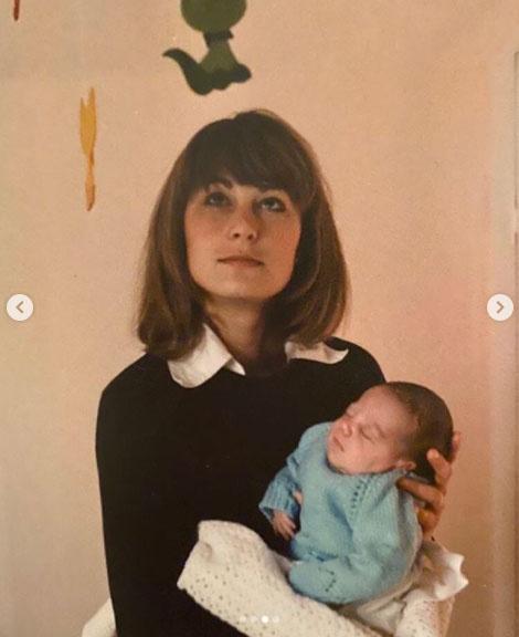 Carole Middleton az újszülött Katalinnal.