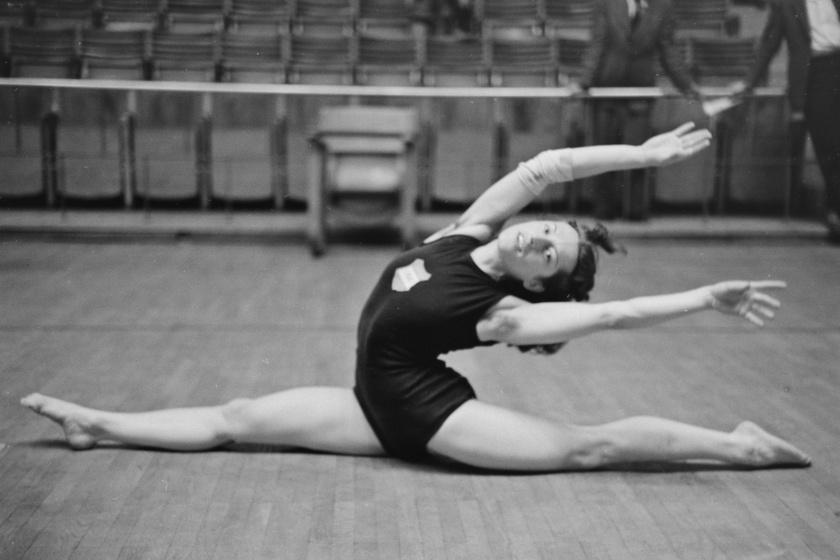 Ez a felvétel 1949-ben készült róla a Nemzeti Sportcsarnok női tornaversenyén.