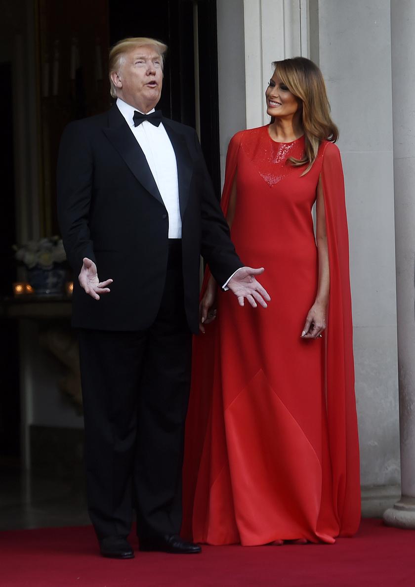 Melania Trump 2019 júniusában egy tűzpiros Givenchy estélyiben keltett feltűnést.